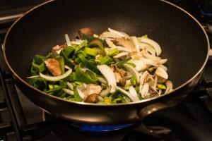 Gemüse in Wokpfanne braten
