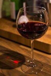 Ein Glas Rotwein beim Kochen, wie bei Biolek
