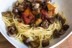 Spaghetti con Zucchino, Cipolla, Pomodoro e Funghi