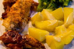 Hähnchenbrust im Speckmantel an Salzkartoffeln und Brokkoli