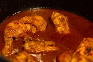 Die Sauce ist fertig, das Huhn darf zurück in den Bräter
