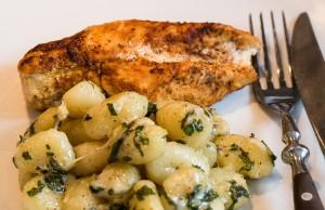Hähnchenbrust mit Gnocchi an Salbeibutter und Parmesan