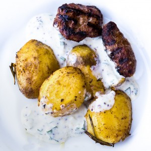 Frikadellen Balkanstyle mit Backkartoffeln und Joghurt-Honig-Senf-Minze-Dip