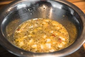 Getrocknete Tomaten und Schafskäse in die Ei-Masse geben