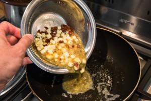 Die Omelett-Mischung in die Pfanne geben
