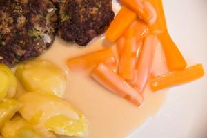 Frikadellen mit Salzkartoffeln und Karottengemüse an Zitronen-Weißweinsauce
