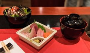 Sushimoto Gourment-Menü: Sashimi, Misosupper und Salat