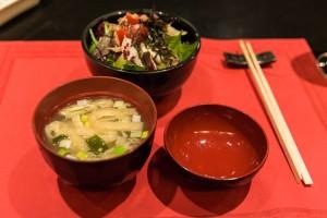 Sushimoto Gourment-Menü: Misosuppe und Salat