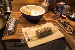 Der Serviettenknödel wird in Frischhaltefolie eingeschlagen