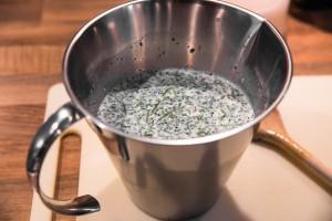 Lauwarme Milch mit Petersilie, Pfeffer und Salz