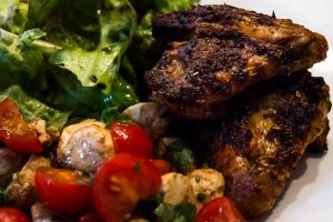 Chicken-Wings mit Mozarella-Tomaten-Salat