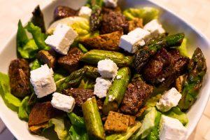 High Protein Salat mit Schafskäse, Spargel, Beef und japanischem Omelette