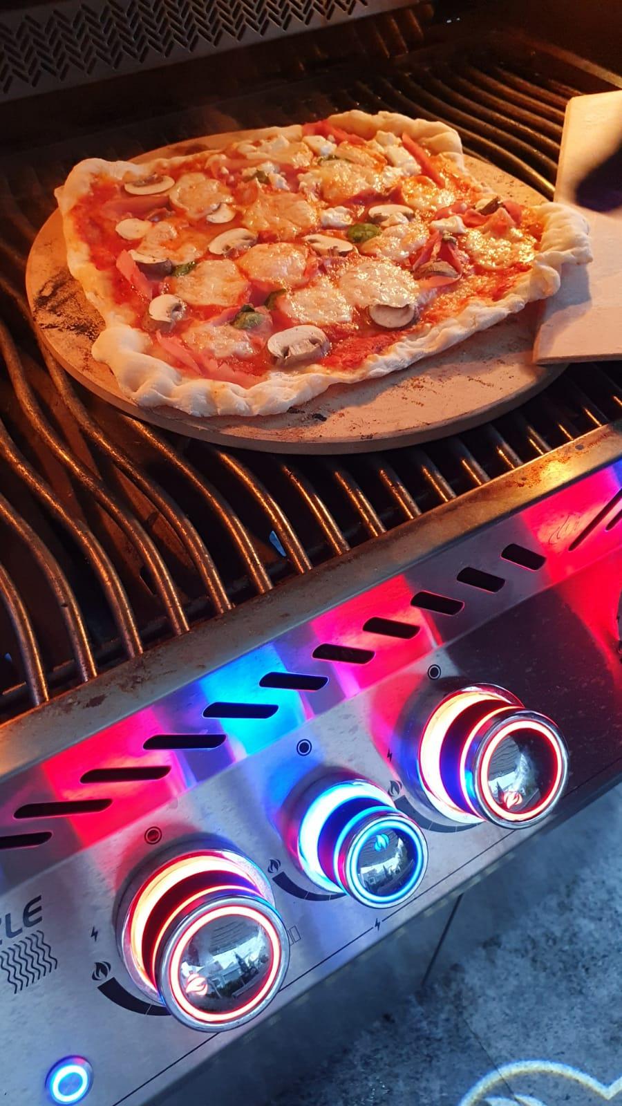 Pizza auf dem Napoleon_003